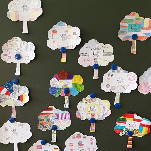 Bild mit vielen gemalten Bäumen